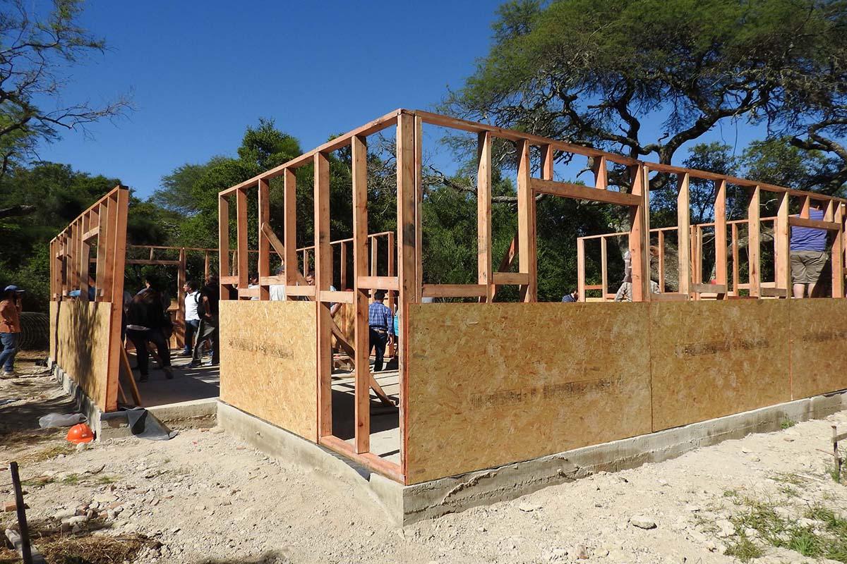 Construyen vivienda de madera demostrativa en paran for Viviendas en madera
